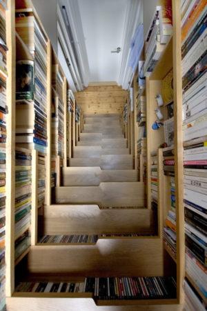Bücherregaltreppe von oben nach unten (© Apartmenttherapy.com)