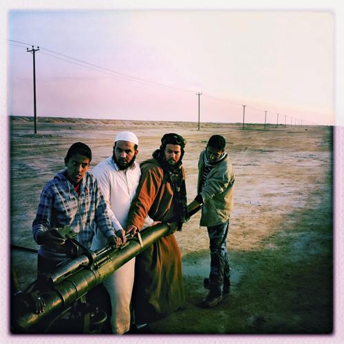 Junge Kämpfer lernen wie man Flugabwehrgeschosse reinigt. Michael Christopher Brown fotografierte die Szene mit dem Handy, nachdem seine Kamera kaputt ging