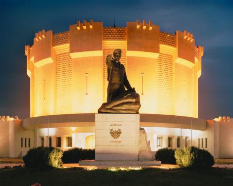 Pompös inszenierte Diktatur: Vor dem hell erleuchteten Panorama-Museum in Damaskus ehrt eine Statue den Vater des Präsidenten Baschar al-Assad