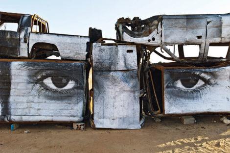 Ein neuer Blick auf das Land: In Sidi Bouzid beklebte der Künstler JR ausgebrannte Polizeiautos mit Fotos von Tunesiern – ohne Auftrag und ohne Genehmigung