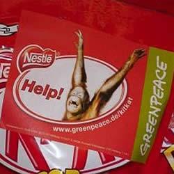 Aufkleber werden im Laden auf die KitKat-Waren geklebt