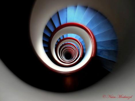 Der Farbkontrast zwischen dem Rot und Blau zusammen mit der perfekt ausgerichteten Kamera machen dieses Treppenfoto zeigenswert