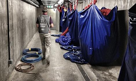 Blick hinter die Kulissen: Ein Fotograf unter dem Becken im Aquatics Center
