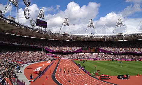 Usain Bolt überquert die Ziellinie beim 100 Meter Lauf