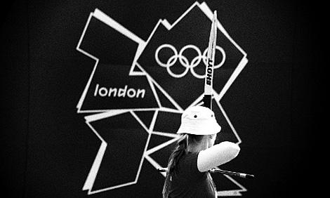 Carin Christiansen scheint auf das Olympische Logo zu schießen