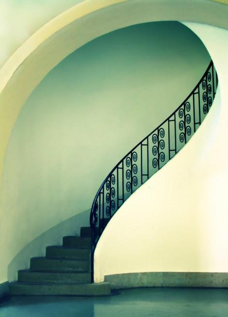 Eine Treppe, die mal fast schon normal fotografiert wurde, besticht durch die Schlichtheit und Farbgebung