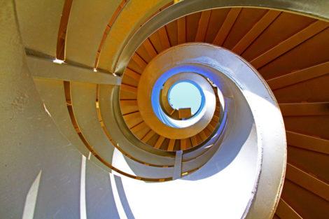 Der Himmel am Ende der Treppe zieht einen förmlich ins Bild